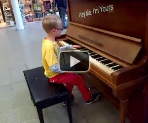 Un bimbo di 8 anni suona Chopin senza aver mai preso lezioni