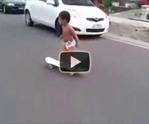 Bimbo di 2 anni va sullo skateboard