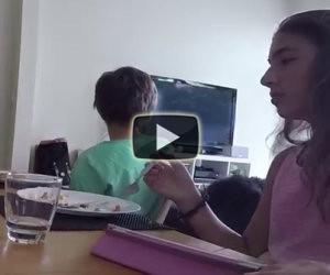 I figli usano il cellulare a tavola, lei li disattiva in questo modo!