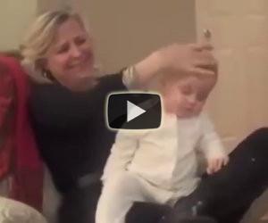 Una mamma mostra come far addormentare il bimbo in un minuto