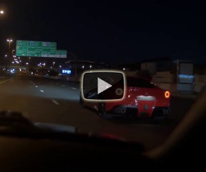 Una Ferrari F12 sfida un'auto in autostrada ma si schianta su un muro