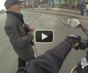 Motociclista aiuta anziano ad attraversare