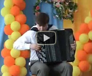 Il modo in cui questo ragazzo suona la fisarmonica è unico