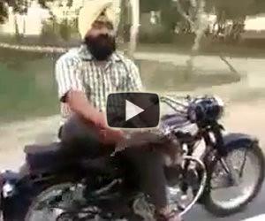 Un motociclista molto rilassato