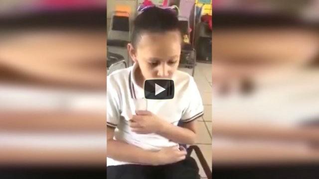 Una bambina disabile viene filmata in classe e stupisce tutti