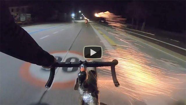Ciclista arrabbiato fa cadere uno scooter in modo creativo