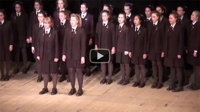 Un coro di sole ragazze canta Bohemian Rhapsody, da brividi!