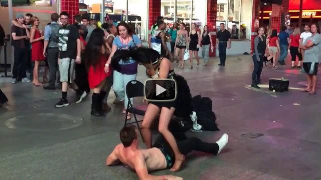 Danzatrice fa la pipì per sbaglio