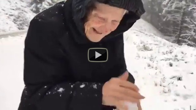 Una donna di 101 anni scende dall'auto e gioca con la neve