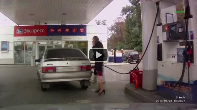 Una donna prova a fare benzina ma commette due epici fail