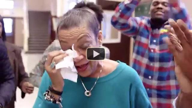 Gli studenti le fanno una sorpresa e l'insegnante scoppia in lacrime