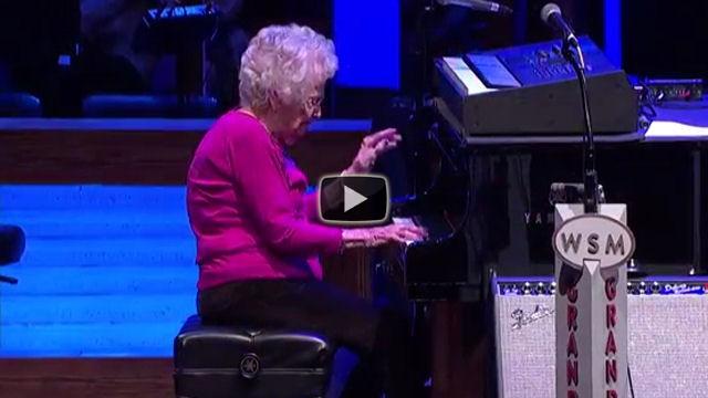 Chiama sul palco una donna di 98 anni, la sua esibizone è incredibile