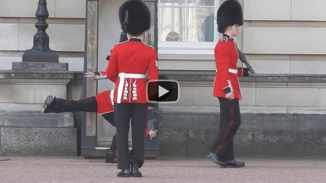 Cade durante il cambio delle guardie a Buckingham Palace