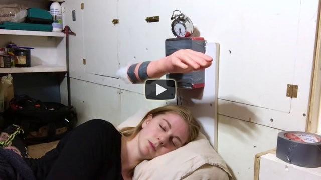 La strana sveglia non funziona bene, ecco cosa accade a questa ragazza