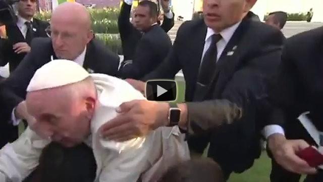 Il Papa viene strattonato da un fedele, ecco la sua incredibile reazione