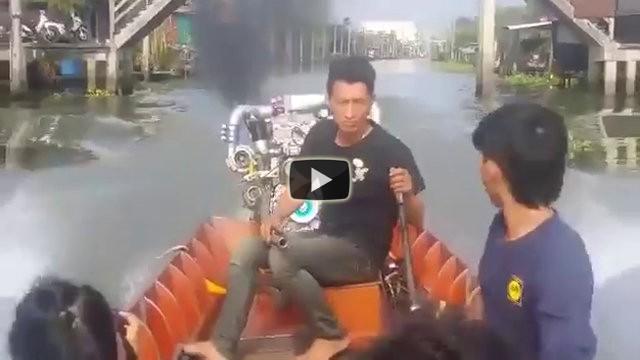 Una piccola barca con un motore potentissimo sfreccia sul canale