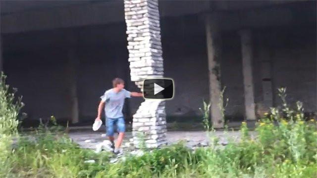 Ragazzo folle fa crollare un edificio distruggendo un pilastro