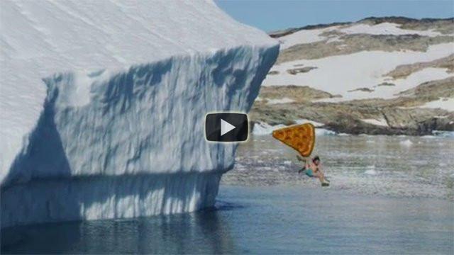 Scivolare su un iceberg enorme in costume su una pizza gigante