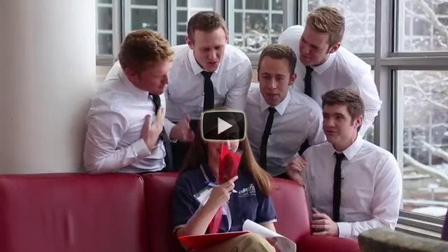 Cinque ragazzi decidono di fare un regalo alle ragazze che incontrano