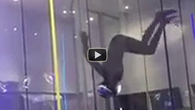 Un uomo si esibisce in modo incredibile nella galleria del vento
