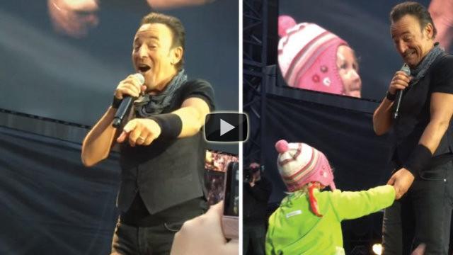 Bruce Springsteen regala ad una bimba un momento indimenticabile