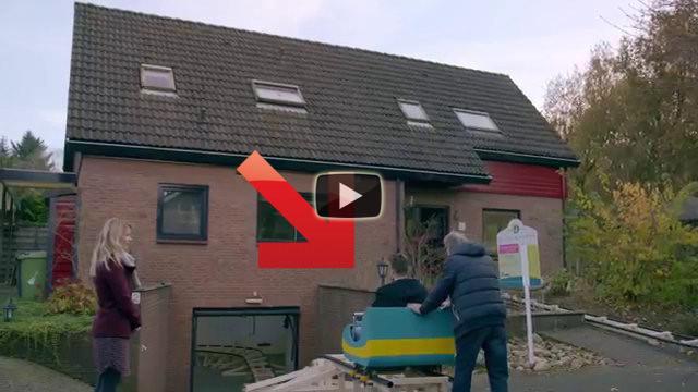 Devono vedere una casa da comprare, ecco come la visitano