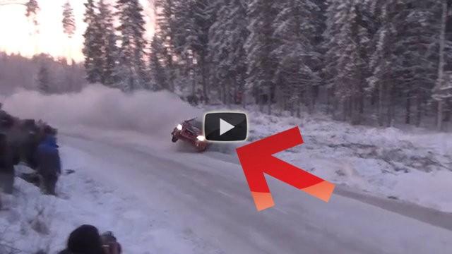 Durante un rally sulla neve tutte le auto si schiantano in questa curva