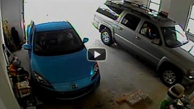 Uscire dal garage, per questa donna, sembra essere un vero problema