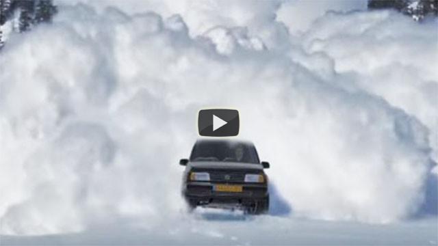 Crea questo video per vendere la sua vecchia auto. Spopola nel web!