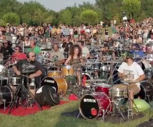 1000 persone suonano su un prato, una performance epica!