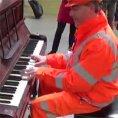 Un operaio suona il pianoforte in stazione e stupisce tutti