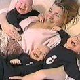 Filma la moglie con i 4 gemelli, non riuscirete a smettere di ridere