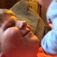 Il fratellino più piccolo fa una sorpresa al fratello più grande