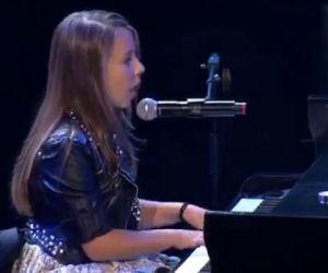 A 15 anni si siede e canta What a Wonderful World in modo incredibile