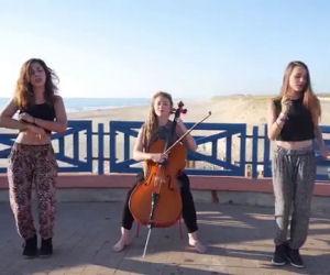 Tre ragazze mettono in scena su un tetto i successi dell'estate 2015