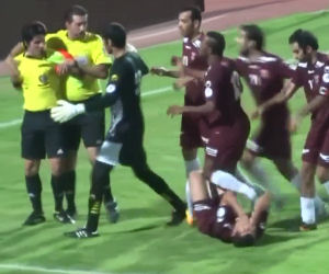 Arbitro prende a pugni i giocatori