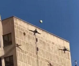 Due droni giocano a pallavolo in città