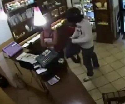Gioielliere sventa rapina nel negozio