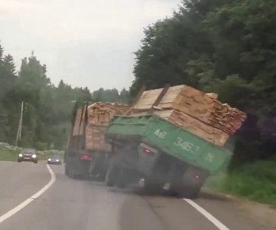 Grosso camion perde il suo carico
