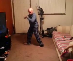 Dice di saper ballare, i figli non gli credono e lui li stupisce così
