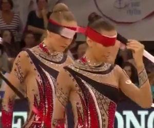 Cinque ginnaste bendate danno vita ad un'esibizione emozionante