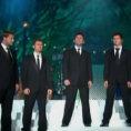 6 uomini cantano in perfetta armonia