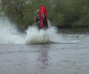 Fare acrobazie sulla moto d'acqua