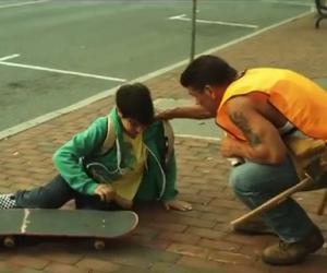 Aiuta un bambino a rialzarsi, quello che succede dopo è incredibile