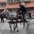 Un uomo cinese ha inventato un cavallo meccanico, e lo cavalca!
