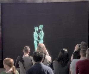 Si baciano dietro uno schermo, poi escono ed ecco la sorpresa