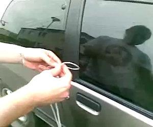 Vi siete chiusi fuori dall'auto? Ecco come aprirla in dieci secondi