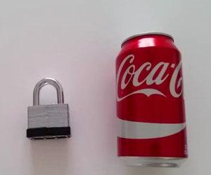 Avete perso la chiave del lucchetto? Basta una lattina di Coca Cola