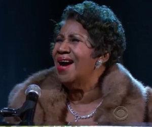 A 73 anni Aretha Franklin si siede al pianoforte ed emoziona tutti