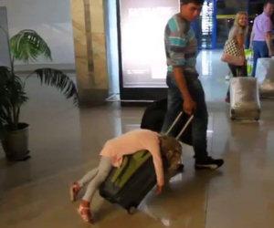 Bambina dorme sulla valigia